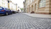 Jeune femme marchant dans la vieille ville