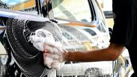 Carwash-personalen städar en bil