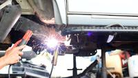 Techniker Welding Assembly Steel Under Car