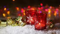 Två röda ljusstakar