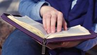 Close-up de manos femeninas sosteniendo la Biblia
