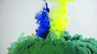 Färgglada färgstänk under vatten