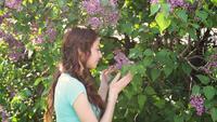 Gelukkige jonge vrouw in de tuin