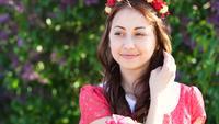 Junge Frau mit einem Kranz von Blumen