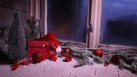 Ventana de invierno con regalos de decoración navideña