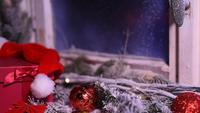 Vinterfönster med juldekorationsgåvor