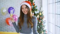 Kvinna som firar jul med champagne