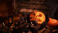 Abóbora de Halloween com fundo de madeira e fumaça enevoada