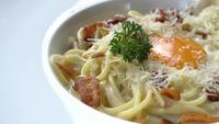 Spaghetti carbonara en un plato blanco