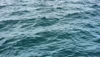 Wellenartig bewegender Blauer Ozean