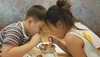 Een meisje en een jongen die ijs eten