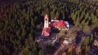Drone orbitando una torre de vigilancia en 4K