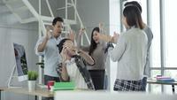Kreativ affärsman och hans kollegor firar framgång