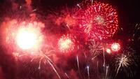 Hermoso colorido espectáculo de fuegos artificiales en la noche