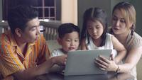 Aziatische en gelukkige familie