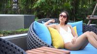 Mujer joven relajante en la piscina