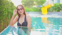 Mujeres sonriendo a la cámara en la piscina