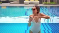 Mujer dentro de la piscina de cristal