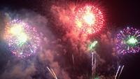 Bellos fuegos artificiales por la noche