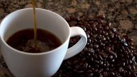 Café que vierte lentamente