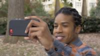 Joven hombre influyente de Youtube hablando con el público