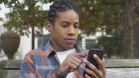 Jonge man scrollen op telefoon