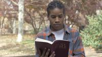 afroamerikansk man läser bibeln