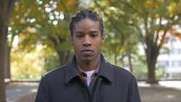 Afroamerikaner-Mann, der Kamera betrachtet