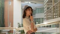 Jeune femme asiatique pense