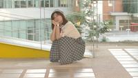 Jovem mulher asiática esperando