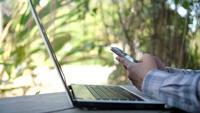 hand van vrouw met behulp van mobiele telefoon onscherpe achtergrond