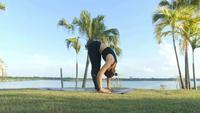 Mulher asiática fazendo ioga no parque