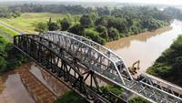 Un avión no tripulado volando sobre un puente sobre el río