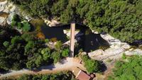 Drone descendiendo al puente y cascada