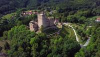 Drone volando de regreso desde un antiguo castillo en 4K