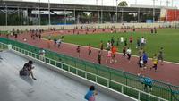 Gente corriendo en una pista de atletismo