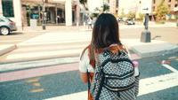 La mujer joven de la Generación Z camina por la calle sola