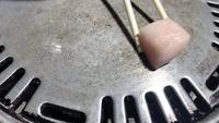 La mano del chef cocinar carne de panceta de cerdo
