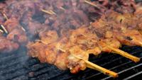 Straatvoedsel barbecue varkensvlees op de grill