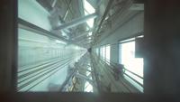 Kameraansicht von Elevator Going Dow oder n auf dem Schacht