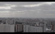 Atomkraftwerksrohre verschmutzen die Atmosphäre über einer Großstadt