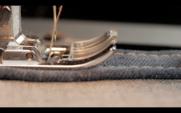 Macro 4k de una máquina de coser trabajando