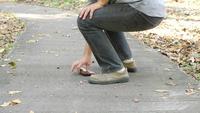 Ladrón roba la billetera que cae del hombre caminando