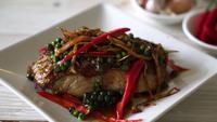Salteado de especias y hierbas con filete de pescado mero