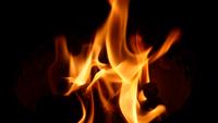 Sluit omhoog mening van brandvlammen op zwarte achtergrond