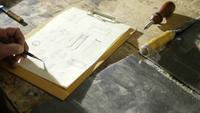 Carpinteiro canhoto fazendo cálculos