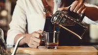 Barista profissional, derramando café em uma xícara