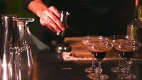 Barman fazendo coquetéis