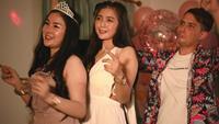 Vier Aziatische vrienden vieren op een nieuwjaarsfeest