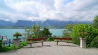 Lago Thun com nuvens na Suíça